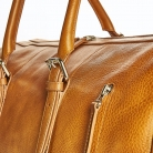 1080 x 1080 px cestovka 2020 weekender cognac - detail on zip and buckles.jpg
